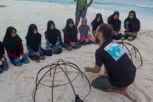 Pau talks with local studnets about artifical reef techniques